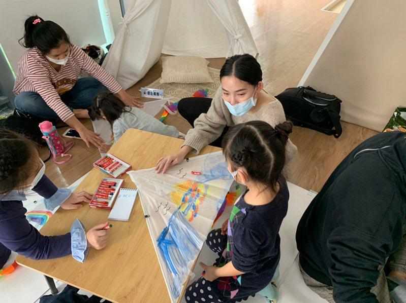 「風箏手作時間」講座老師教導小朋友們畫出自己的創意力。