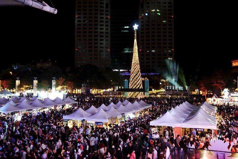 新北市府廣場,第一個週末假日的人潮,密密麻麻得都要擠爆了。