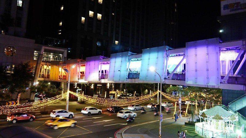 麗寶百貨、板橋希爾頓飯店通往板橋公車站的陸橋燈海隧道。
