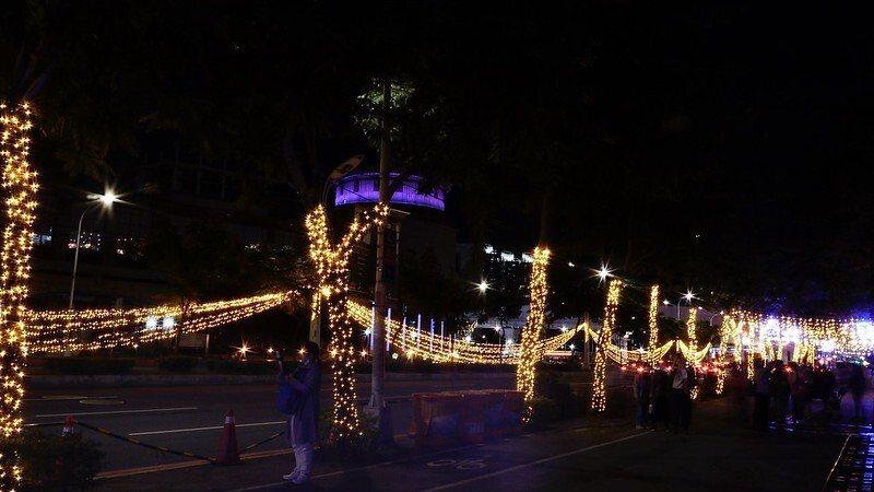 耶誕城主要街道,亮晶晶的燈飾裝扮,濃濃過節味道。