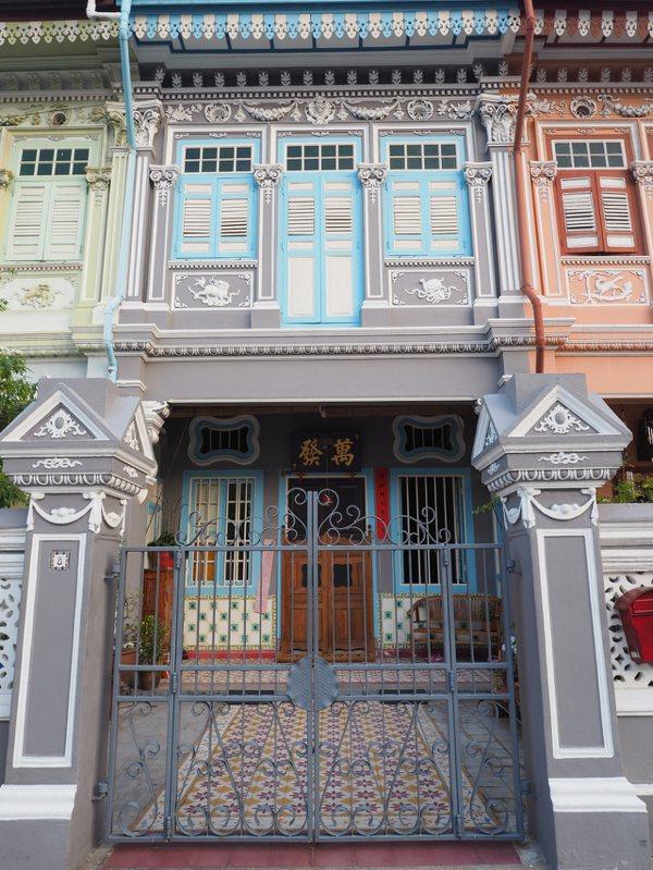 這些百年建築在修復時都盡量保留了原本的面貌,包括門上的牌匾。