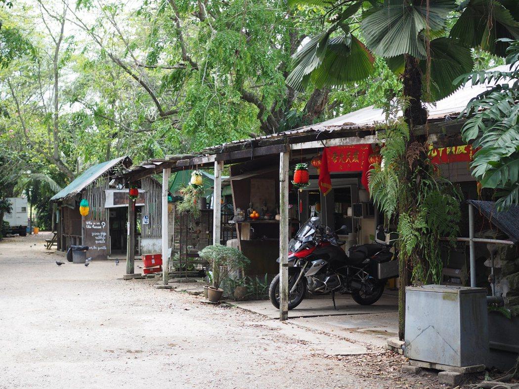 動物度假村坐落於偏僻的農區,構造簡單樸素,充滿了甘榜風情。