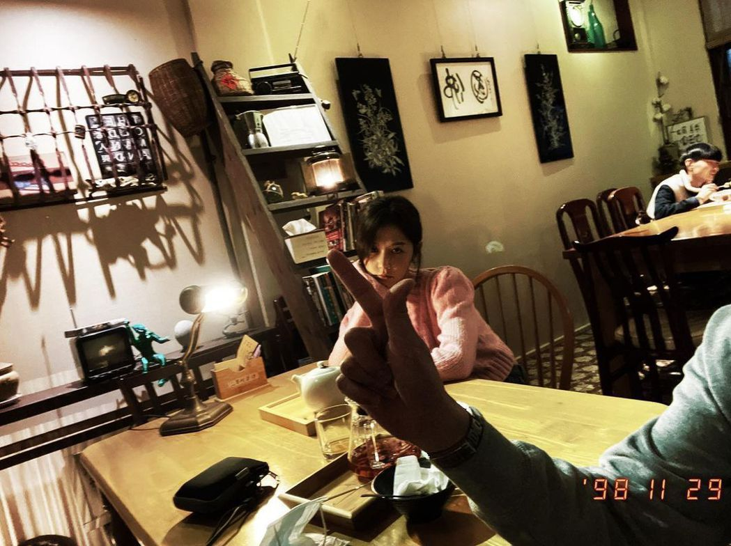邵雨薇PO照出現疑似男友吳慷仁的「手比愛心」。圖/截圖自IG