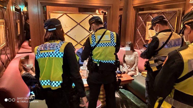 秋冬防疫專案今天上路,酒店等八大類高感染傳播風險場所強制戴口罩,圖為日前警方稽查...