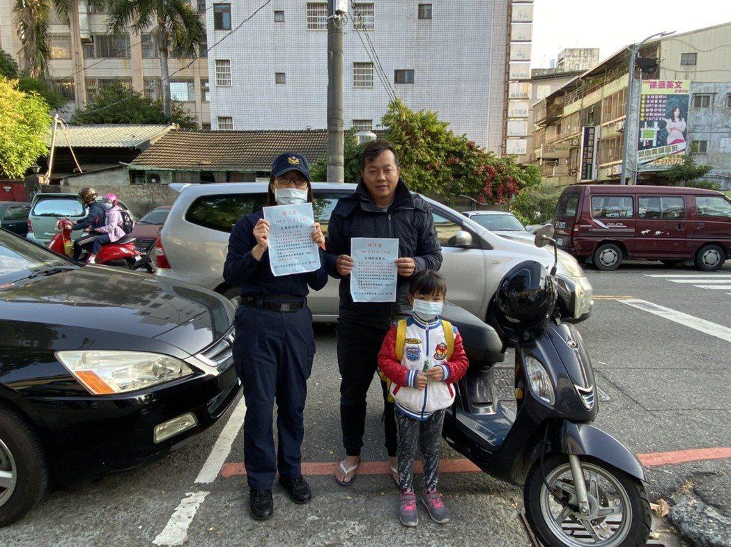 今天部分交通新制修法上路,台中市第一警分局一早就到轄區的國小、幼兒園宣導。圖/第...