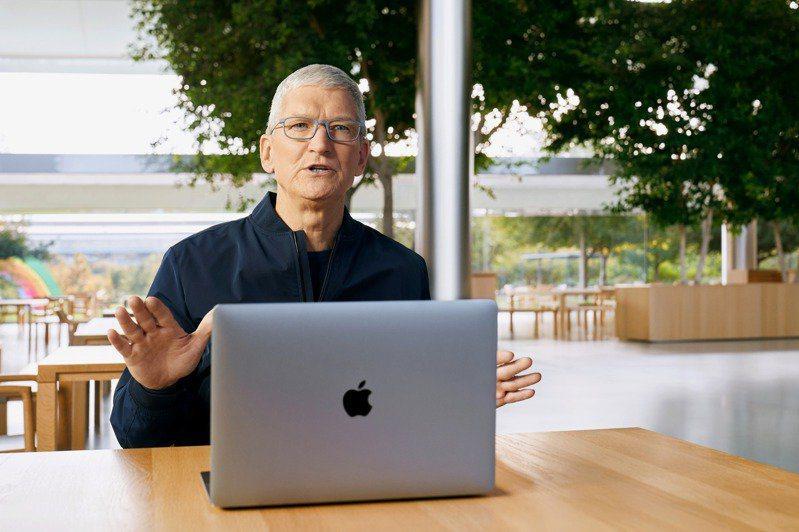 蘋果執行長庫克介紹新筆電。路透