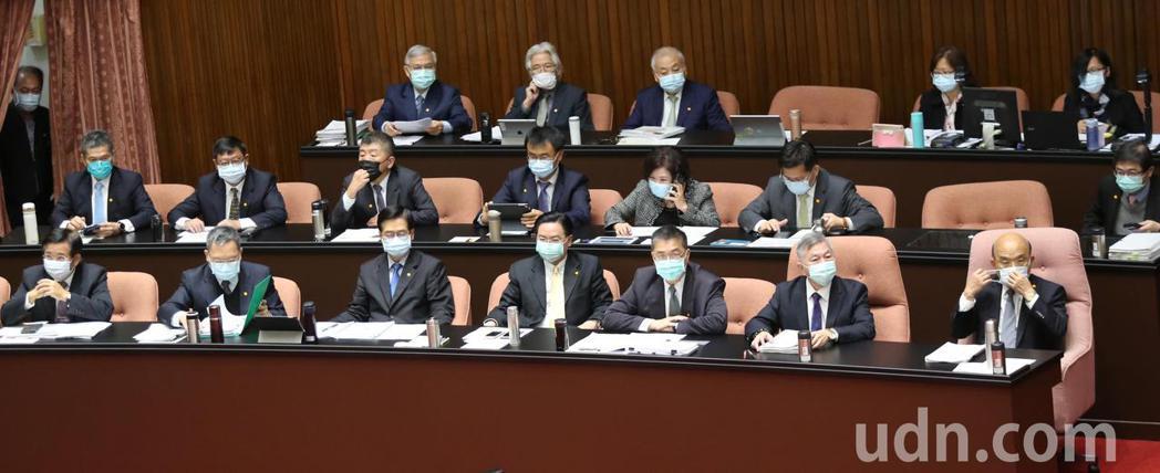 行政院長蘇貞昌(前排右)上午在黨籍立委的協助下,順利上台備詢。記者曾學仁/攝影