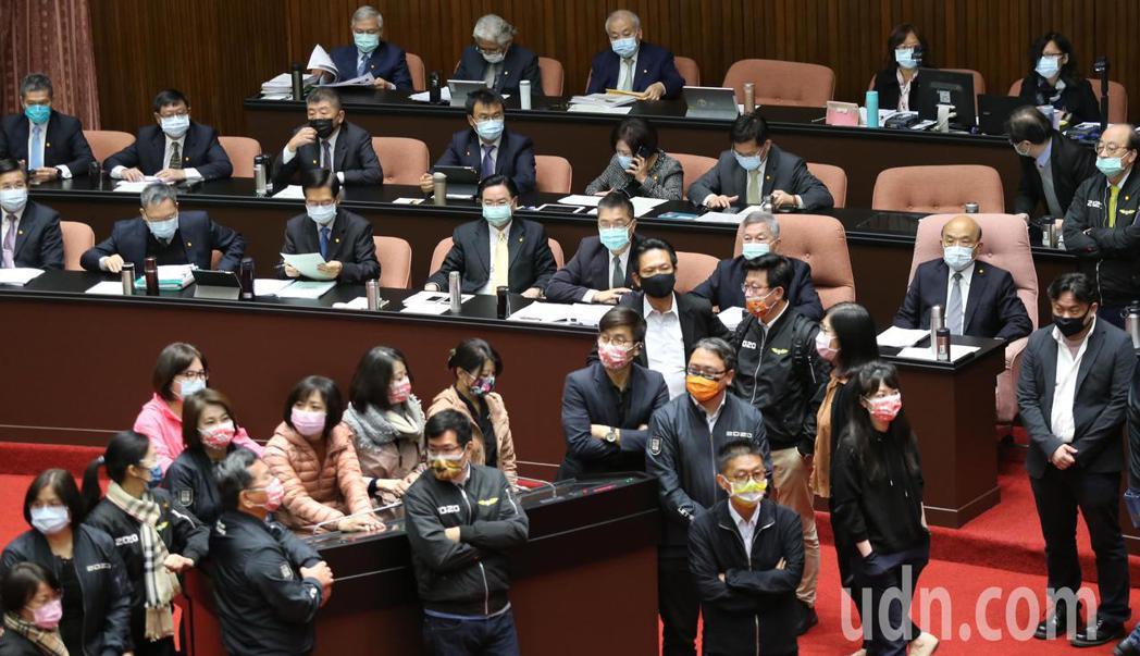 行政院長蘇貞昌(中右)上午在黨籍立委的協助下,順利上台備詢。記者曾學仁/攝影