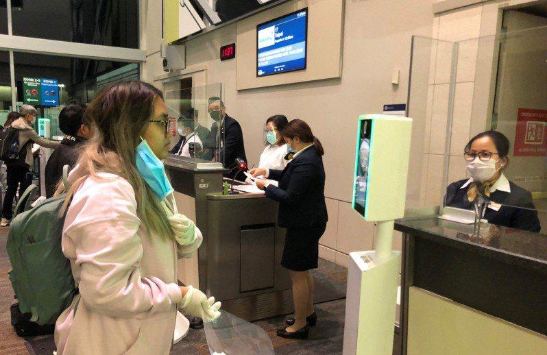 長榮航空加入美國生物辨識出境計畫(Biometric Exit Program),即日起於舊金山機場提供人臉辨識方式登機服務,不需掃描及收取登機證即可登機,降低人員接觸機會。 圖/長榮航空提供
