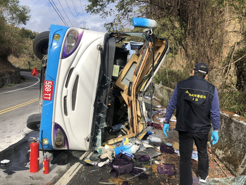 高雄市一輛中型巴士昨要去奧萬大賞楓,未料途中疑因剎車失靈翻覆釀1死20傷。圖/讀...