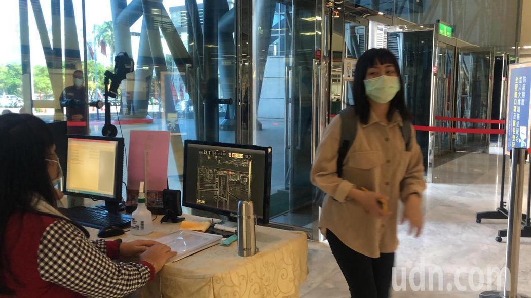 嘉義市府嚴格要求強制戴口罩。記者李承穎/攝影