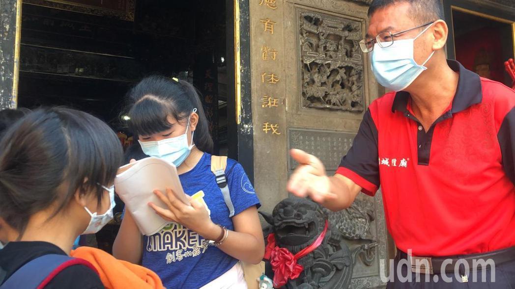 嘉義城隍廟今早有一群國小生來校外教學,都戴上口罩。記者李承穎/攝影