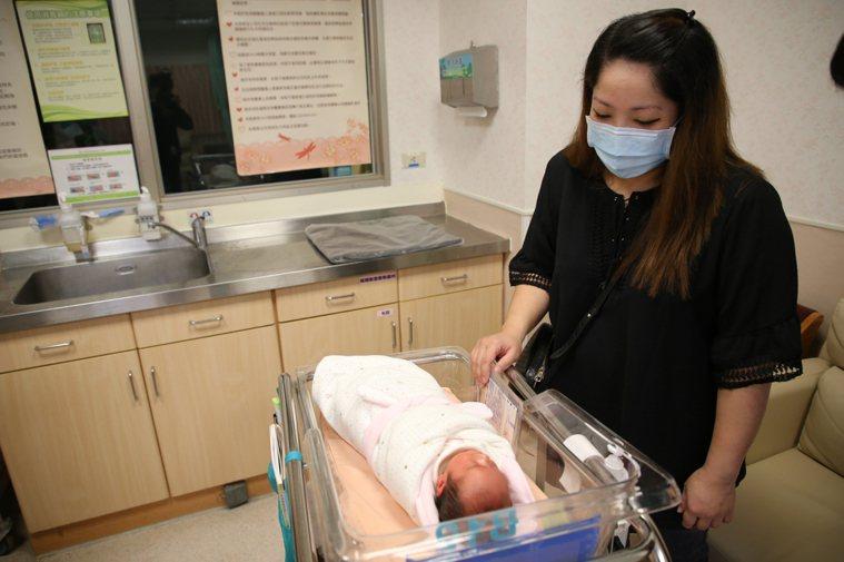 陳女欣慰地看著早產的女兒,感謝醫護人員的付出。圖/門諾醫院提供