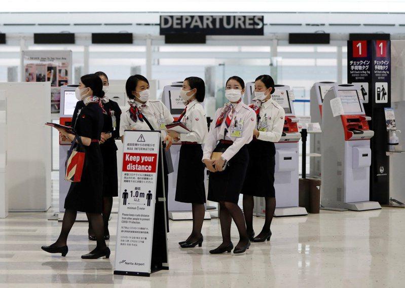日本航空今年4月起不再硬性規定女性員工要穿高跟鞋出勤。路透