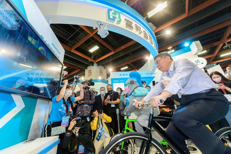 台北市市長柯文哲與富邦證理財悍將一起體驗雙人腳踏車協力賽,理財就像騎車,持之以恆就能達到目標。圖/富邦證券提供