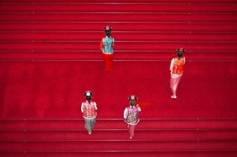 故宮首次夜間舉辦古裝宮廷趴,歡迎民眾(需購票入場)、愛臺灣博物館卡友穿著古裝暢遊故宮。圖/故宮提供