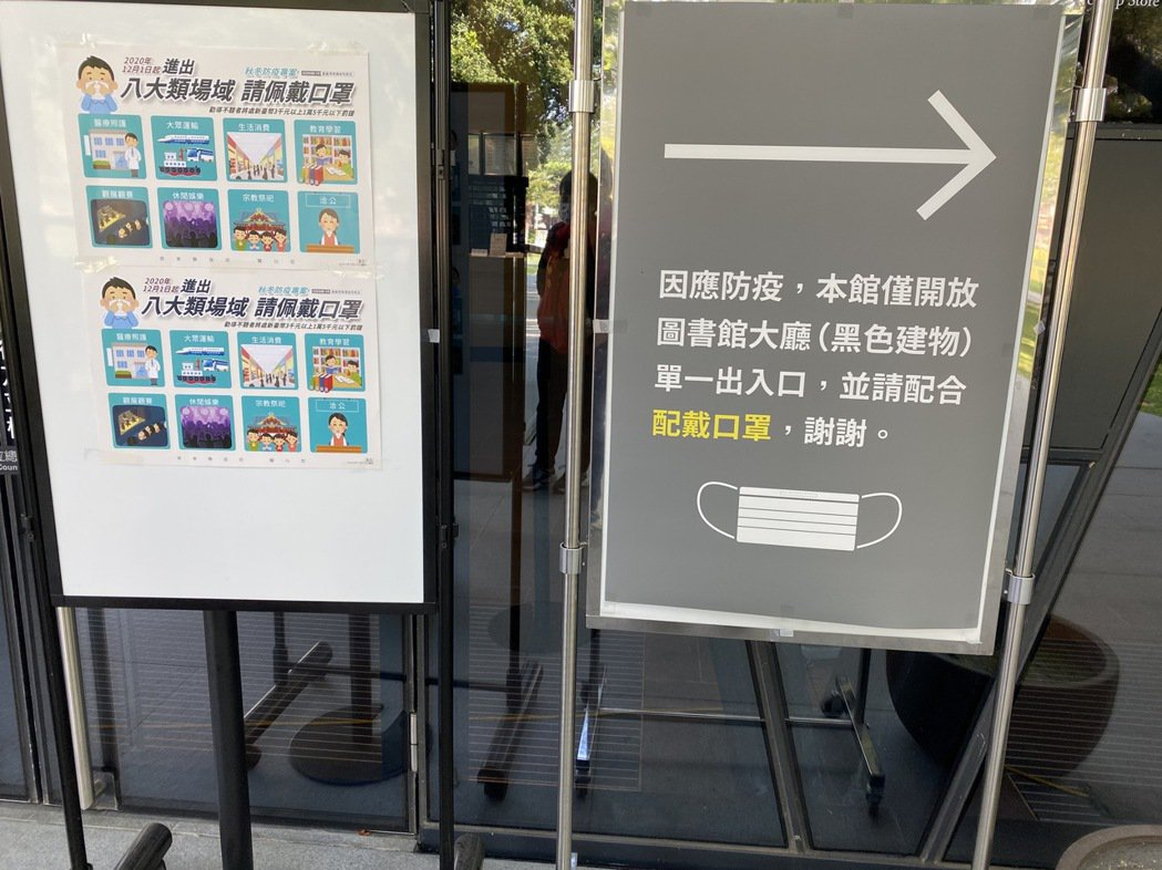 屏東縣政府目前已在各大場館張貼「八大場域要戴口罩」等公告。記者陳弘逸/攝影