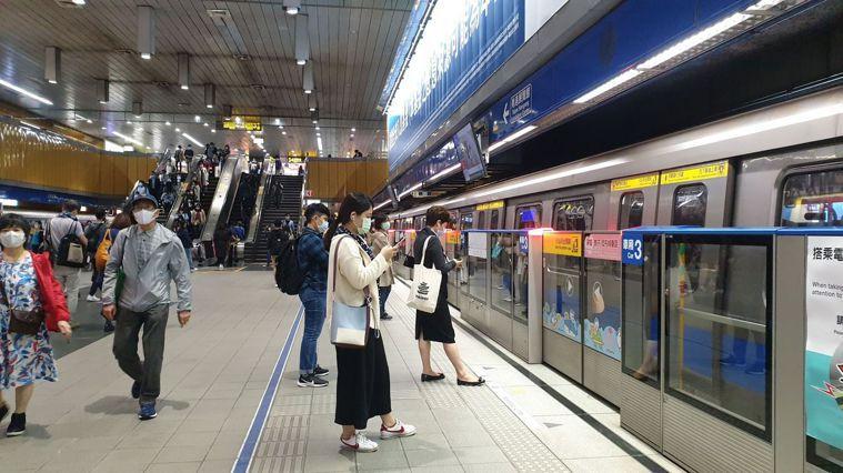 北捷提醒,即日起進入捷運及出入八大類場所應配戴口罩。記者胡瑞玲/攝影