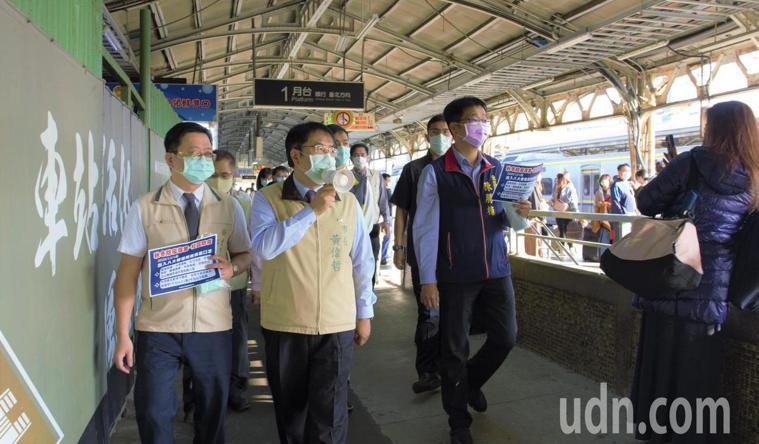 台南市長黃偉哲(左二)今天前往台南火車站宣導戴口罩。圖/市府提供