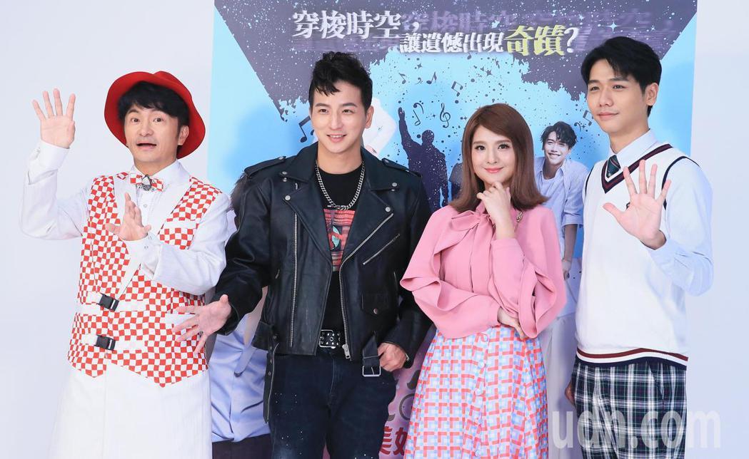 果陀劇場推出全新音樂劇,演員唐從聖(左一)、郭靜(右二)、楊奇煜(左二)及蔡旻佑...