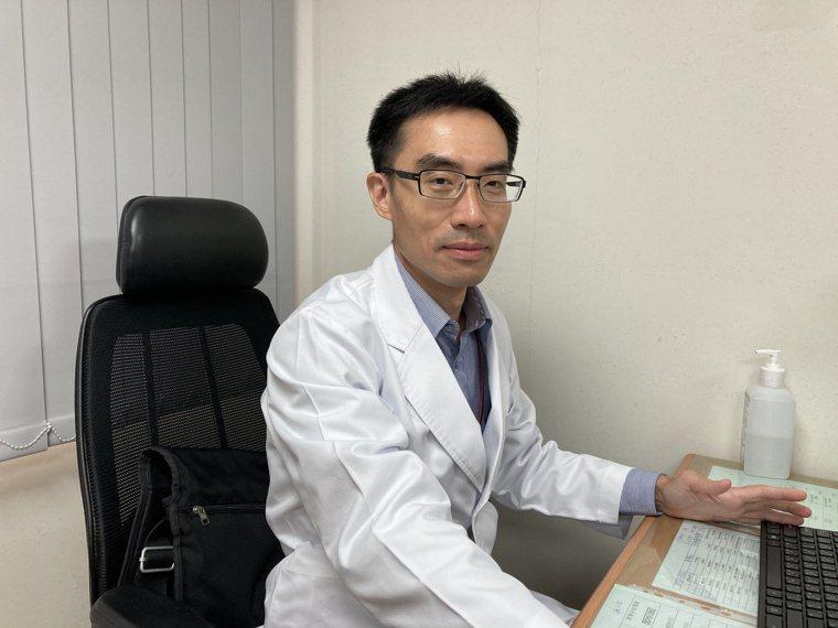 南投醫院心臟血管外科醫師莊鑫雧提醒靜脈曲張不只影響外觀,也可能導致血栓。圖/南投...