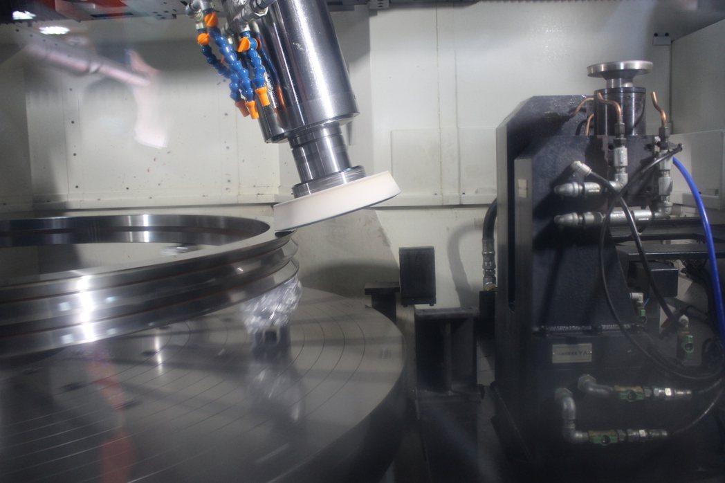 元精精密公司引進日本造價5千萬元的研磨機。記者林敬家/攝影