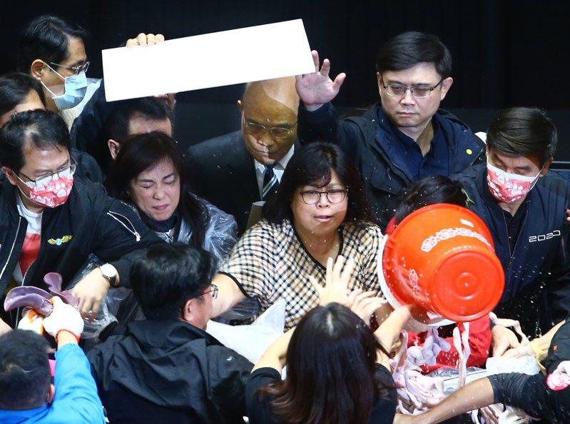 行政院長蘇貞昌上周五在綠營立委層層保護下,總算完成施政報告。 本報資料照