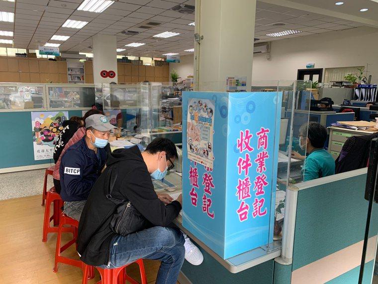 秋冬防疫專案上路,民眾進出八大類場所需配戴口罩。圖/花蓮縣衛生局提供