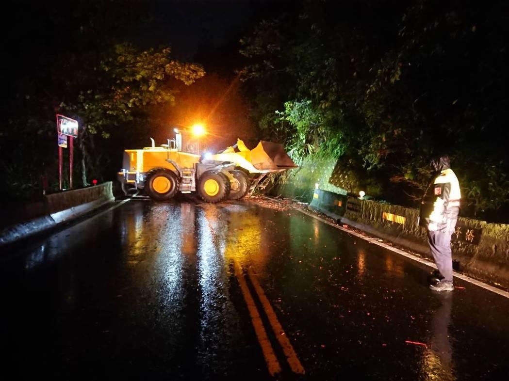 台9丁線舊蘇花公路38.1公里處,昨天晚間出現路樹倒塌,動用大型機具才完成清除。...