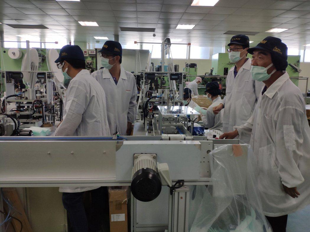台南耶誕跨年系列活動防疫,康那香捐贈8萬片口罩,圖為該公司口罩生產線。記者謝進盛...