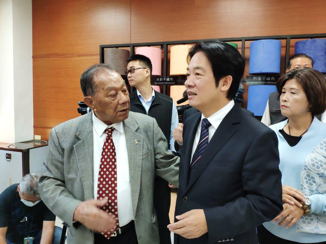 康那香公司董事長戴榮吉(左一)再捐8萬片口罩,作為台南市耶誕跨年系列活動防疫之用...