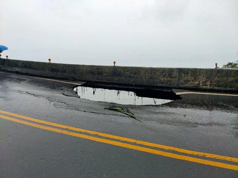 台9丁線38.4公里武塔路段,也因豪雨影響,北上車道路基流失,冒出小客車大小的「天坑」,洞口可直窺太平洋。記者張議晨/翻攝