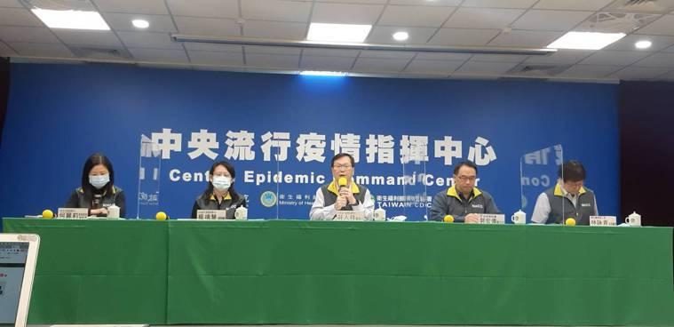 中央流行疫情指揮中心12月1日14:00記者會出席名單由左到右,邊境檢疫組副組長...