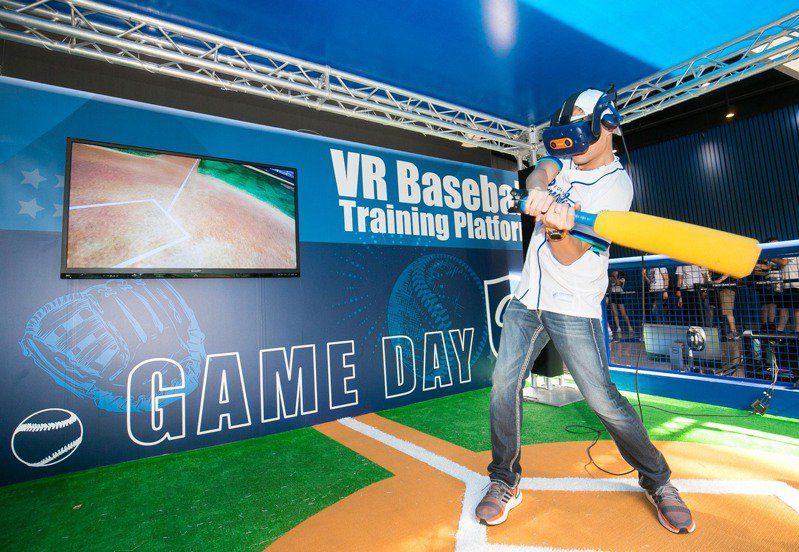 台灣大哥大總經理林之晨體驗「超5G應用」高科技VR棒球遊戲。圖/台灣大哥大提供