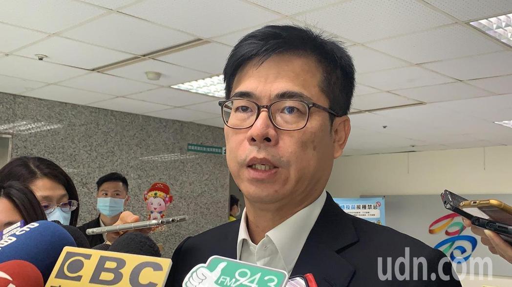 高雄市長陳其邁在市政會議前記者會宣布一項好消息,台郡科技公司決定加碼投資100億...