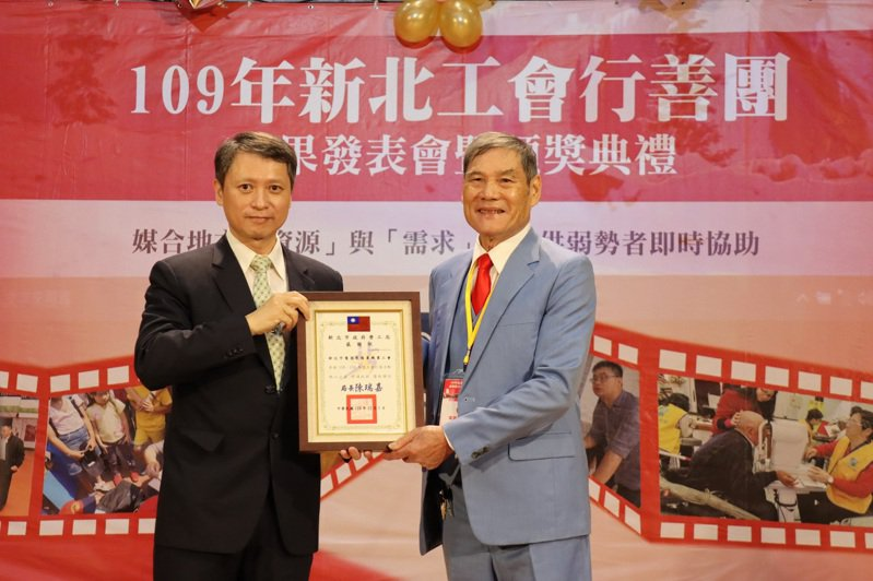 新北市電器裝修業職業工會前理事長林惠達(右)獲勞工局長陳瑞嘉(左)頒發感謝狀。圖/新北勞工局提供