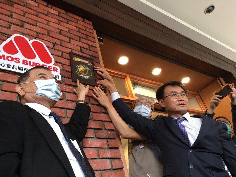 農委會主委陳吉仲(右)今天頒發第一張台灣豬標章給摩斯漢堡。記者吳姿賢/攝影