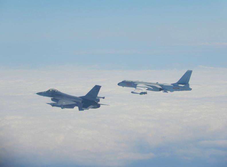 中共軍機不斷擾台,圖為解放軍轟6機(右)飛經巴士海峽,國軍F-16(左)監控伴飛。圖:國防部提供