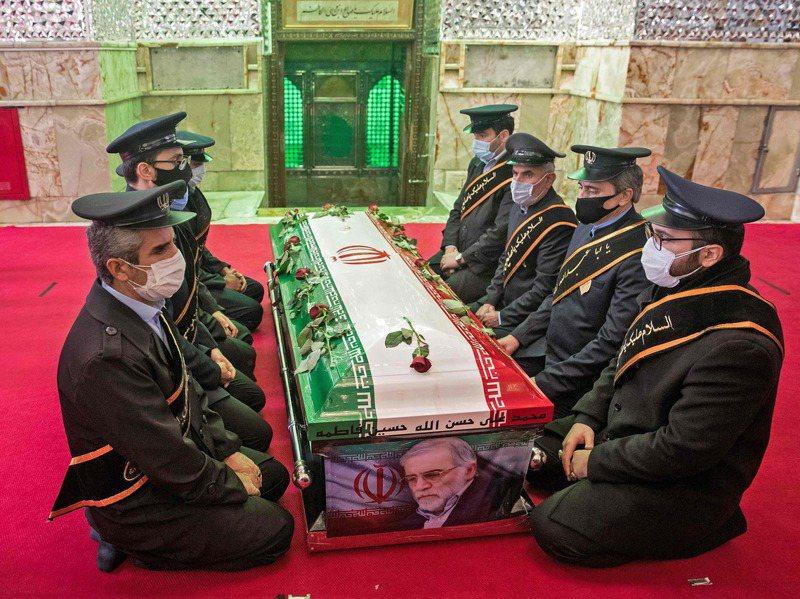 伊朗30日舉行隆重喪禮,安葬遇襲喪生的核武科學家法克里薩德,圖為軍方成員當日圍坐在法克里薩德的棺木旁。法新社