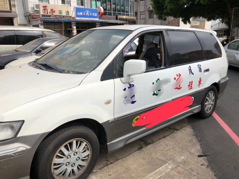 金門出現廣告車長期佔用車位問題,但公部門無法可管,近日傳出遭人砸車破壞,民眾都說終於有人看不下去了。記者蔡家蓁/攝影