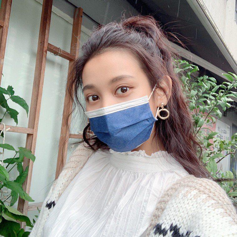 日藥本舖將於12月3日獨家開賣限量1萬盒的普惠醫工「率性丹寧」雙鋼印醫療口罩,採...