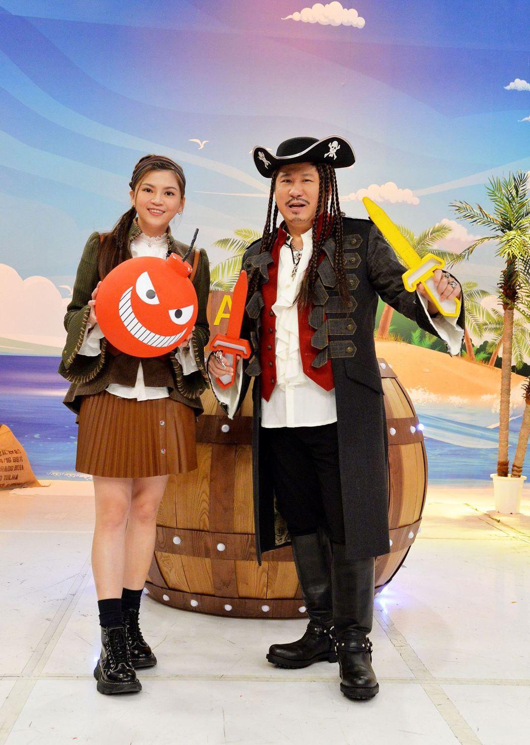 衛視「歡樂智多星 決戰海盜桶」,主持人胡瓜(右)和瑪莉亞。圖/衛視提供