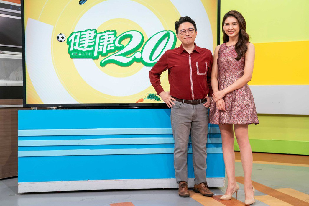 韋汝(右)和醫師江坤俊主持。圖/TVBS提供