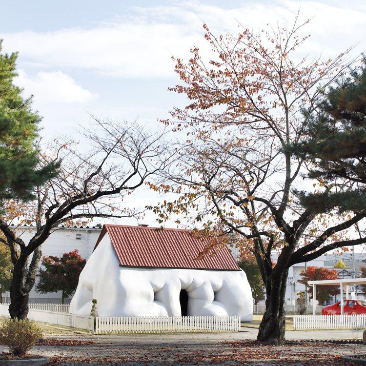 十和田市現代美術館《Fat House》、《Fat Car》作品。圖/RAW提供
