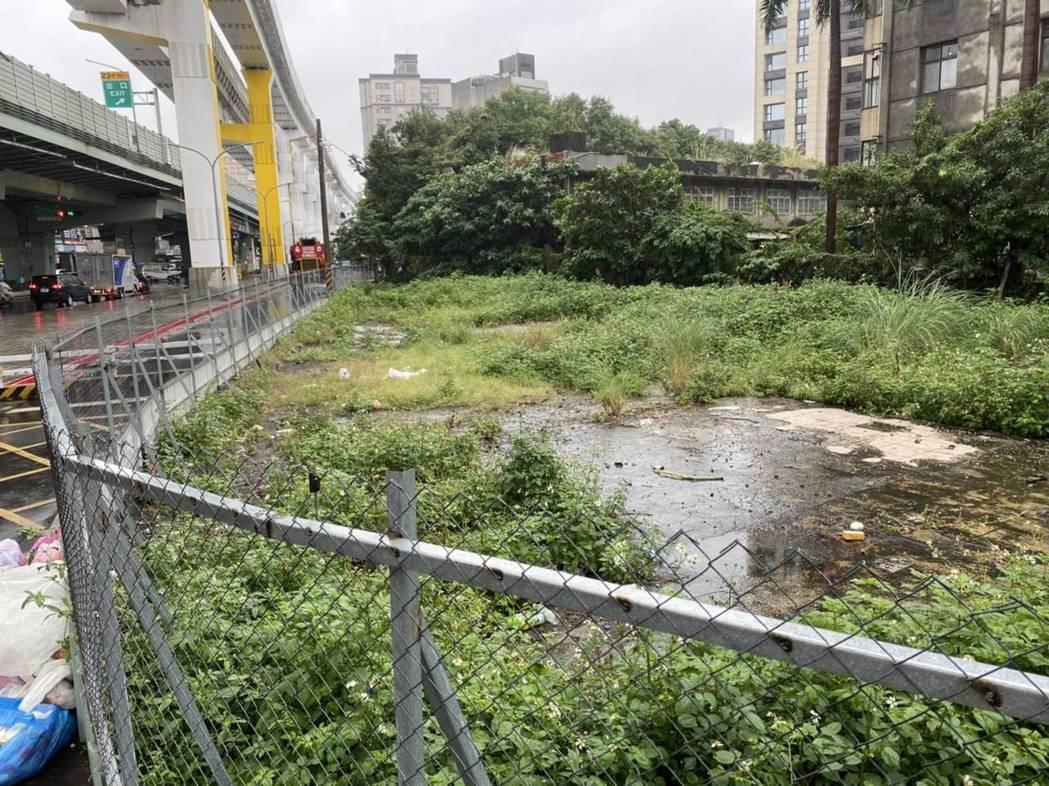 新北市板新捷運站周邊有一大片空地,明明是精華路段,卻被圍籬圍著,雜草叢生。圖/葉...