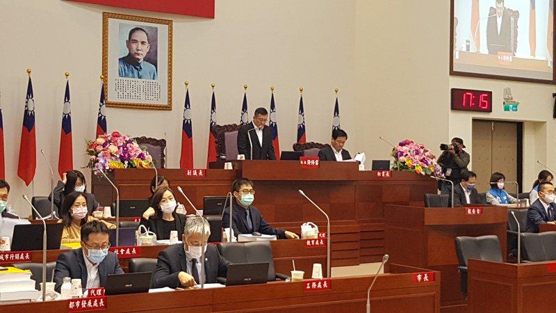 新竹市議會審議新市府明年度總預算案,今天會期結束,政黨協商仍無結果,只能留待明年召開臨時會繼續審議。記者黃瑞典/攝影