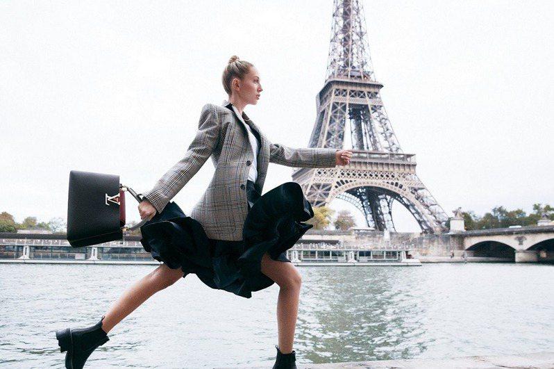 希臘公主在巴黎 塞納河畔拎LV包變身長腿妹妹