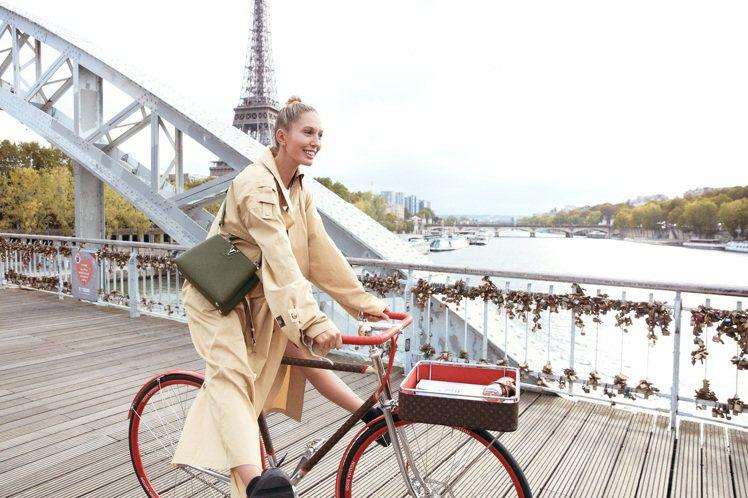 奧林匹亞公主選搭卡其新色Capucines手袋。圖/LV提供
