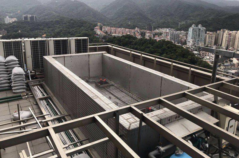 藝人羅志祥於內湖豪宅違法增建泳池,北市建管處勘查後要求1個月內拆除。 圖/北市建管處提供