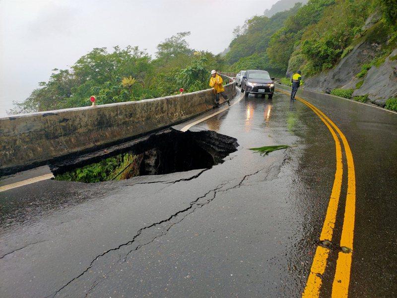 豪雨影響,台9丁線38.4公里武塔路段北上車道路基流失,冒出小客車大小的「天坑」,洞口可直窺太平洋。記者張議晨/翻攝